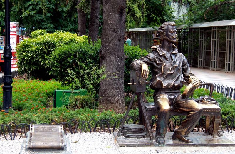 Памятник Ханжонкову в Ялте. Основатель Ялтинской киностудии