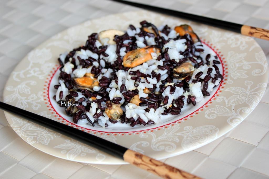 мидии и белый и черный рис