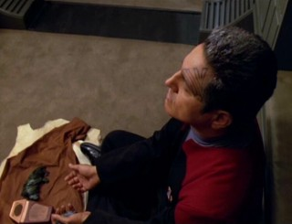 Chakotay_Performing_the_Pakra.jpg