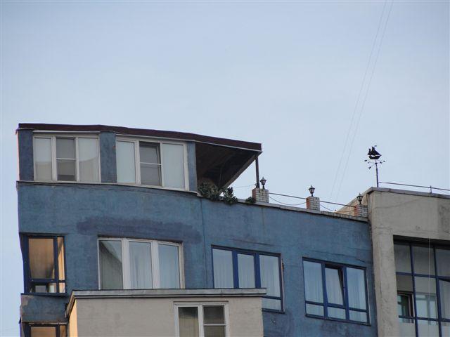 Сфотографировал только верхний этаж, но процесс разрушения уже отчетливо виден.