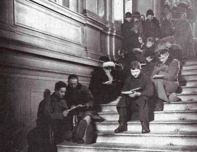 Читатели на лестнице ГПБ. 1920-е годы