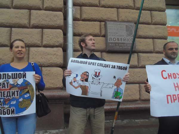 Наталья Макеева выступила на пикете в поддержку Эдварда Сноудена