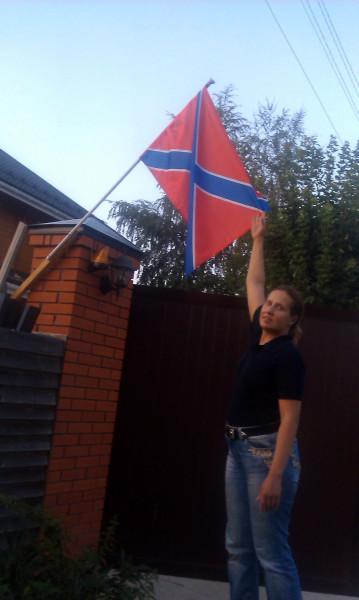 Наталья Макеева флаг Новороссии - Типичное Подмосковье-август 2014