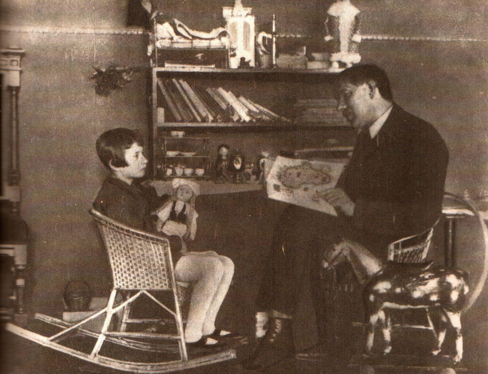 К. Чуковский читает Бармалея с иллюстрациями М. Добужинского своей дочери Мурочке (Марии). Ленинград, 1926 - копия