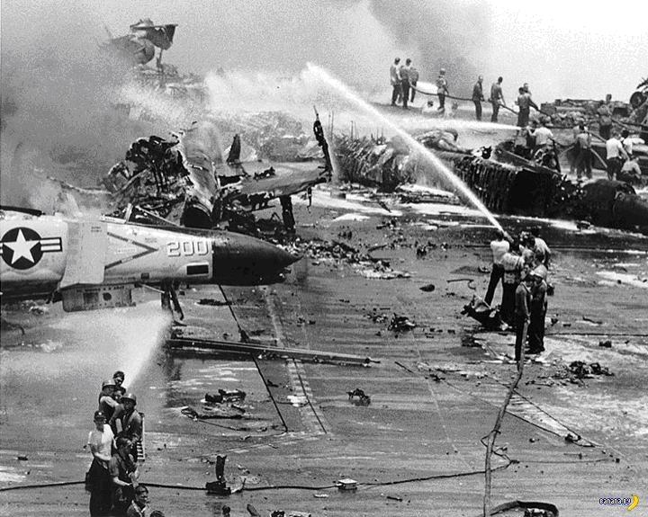 Пожарная команда тушит остатки сгоревших самолётов
