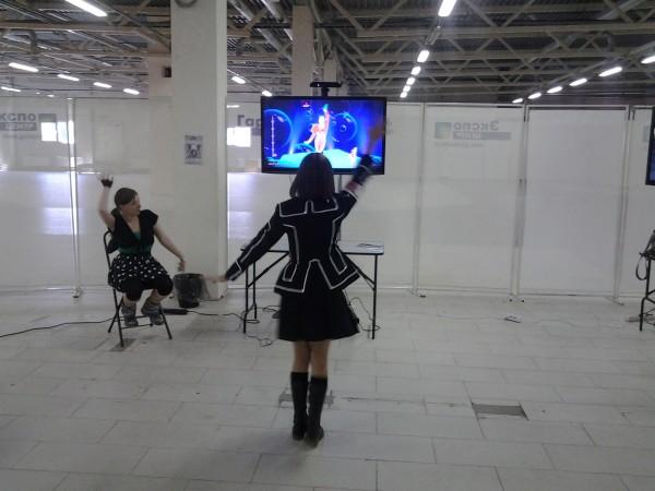 интерактивные компьютерные танцы одна девушка
