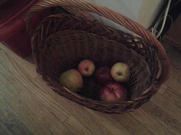 яблоки в корзине завтрак