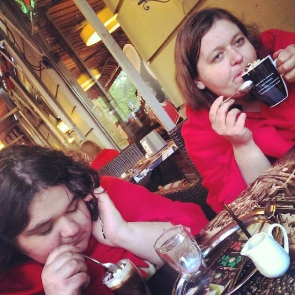 с сестрой в кофешопе