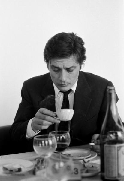ален делон пьет кофе