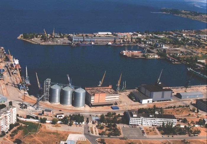Власти Крыма закрывают Керченский рыбный порт и паромную переправу