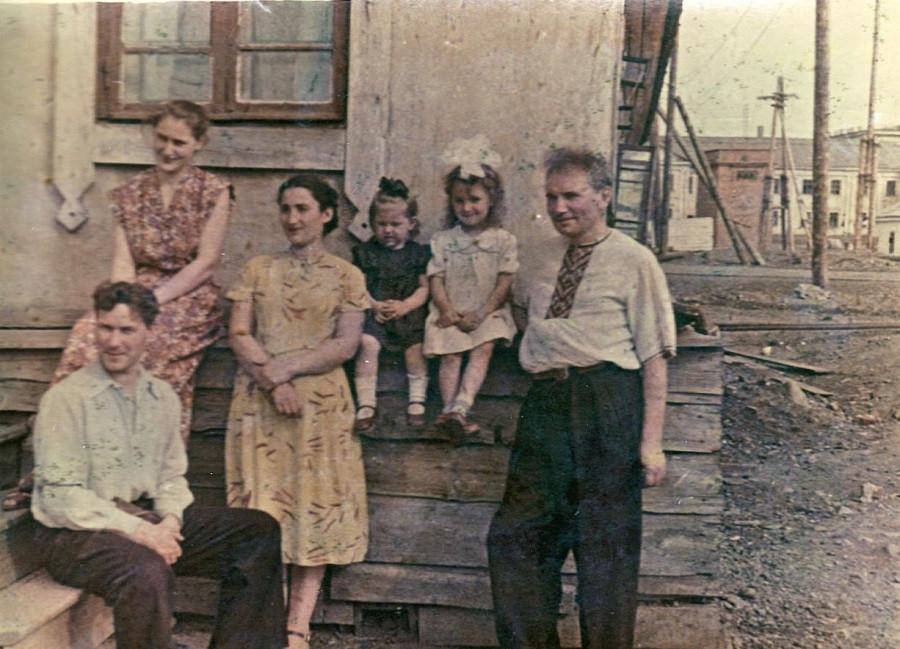 Вот Ирочка безруких и ее мама тетя Нина, А вот не пойму, этот мужчина слева - похож на Моцака сильно