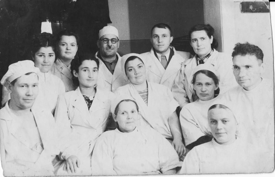 А вот фото - маму как раз перевели работать в больницу библиотекарем и медстатистиком, тут они еще только познакомились, конец 51-начало 52 года, наверно, дата не указана
