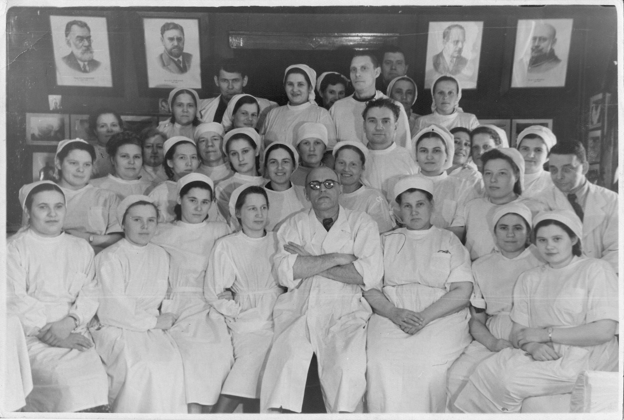 Коллектив хирургического отделения больницы санитарного отдела комбината, 1951 год. В центре врач Родионов