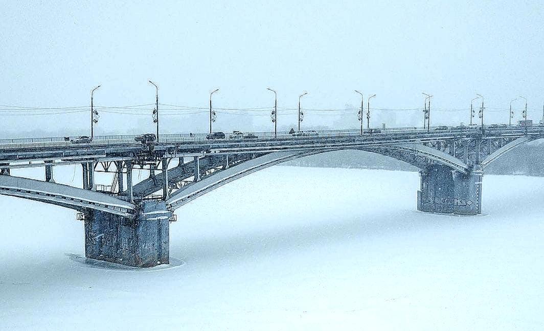 Стыренная где-то фотка моста в Нижнем Новгороде после снегопада 5 февраля. Хотя не вижу пробки, а они были везде и весь день)