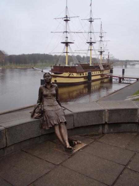 Великий Новгород бронзовая девушка на пешеходном мостике