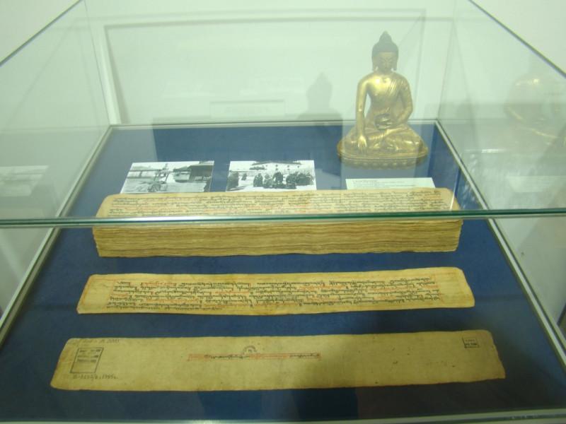 Тексты и статуэтка будды
