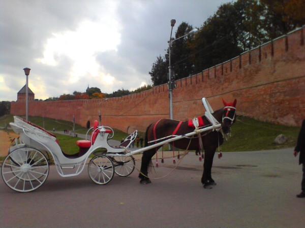 Конный экипаж у Пречистенской арки Новгородского Кремля