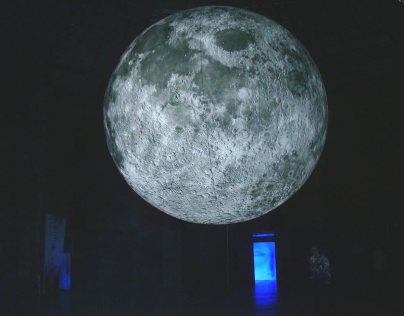 Люмьер-холл инсталяция Луна