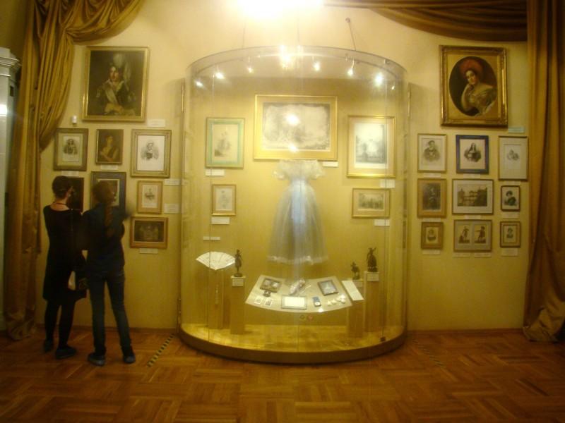 В витрине костюм Сильфиды, в котором танцевала Мария Тальони