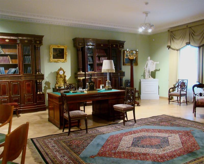"""Кабинет в стиле """"Жакоб"""". Имя Жоржа Жакоба стиль получил из-за резных стульев и кресел, но считается, что этот дизайн разработал занменитый мебельщик Мейер на рубеже 18 и 19 веков"""