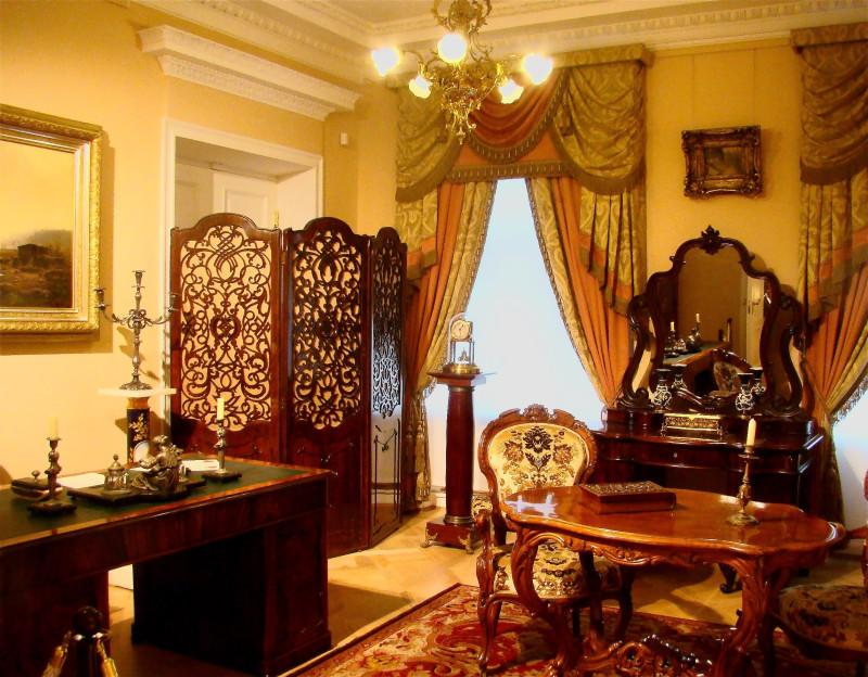 """Ореховый кабинет в стиле """"второе рококо"""". В Петербурге в этом стиле мебель создавалась после 1830 года, поставщиками императорского двора были братья Гамбс и мастерская А. Тура"""