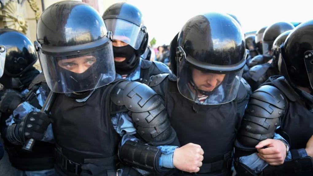 """Policiers déployés à Msocou lors d'une manifestation """"Détecter les fous urbains"""" le 27 juillet 2019 afp.com/Kirill Kudrjavtsev"""