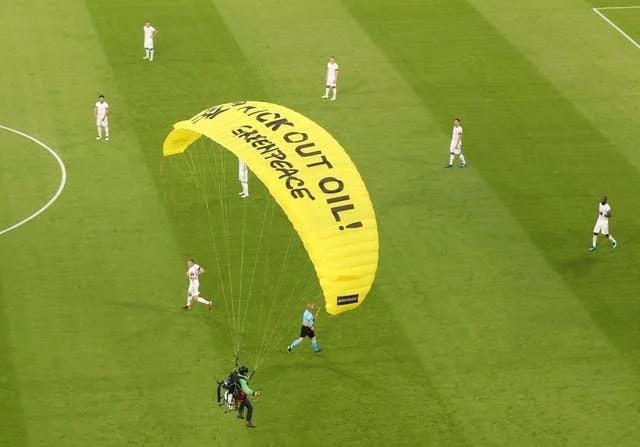 Greenpeace mit Fallschirmspringer gegen Erdölindustrie.Reuters