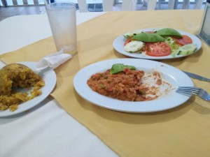 3 plates - ensalada, masa de jaiba con aguacate y un mitad de mofongo