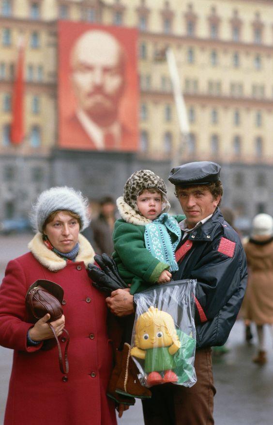 На фоне Пушкина снимается семейство