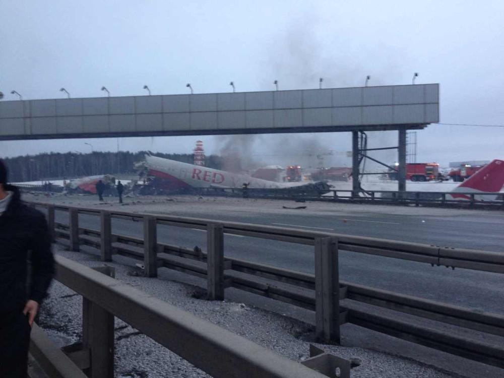 Развалившийся самолет Ту-204