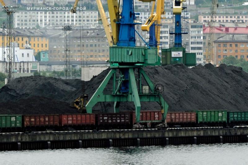 Перевалка угля открытым способом в порту Мурманска, практически в центре города