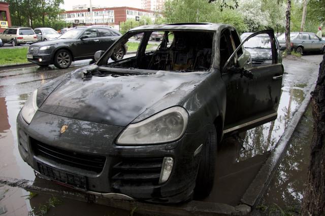 сгорел автомобиль porsche gayenne.