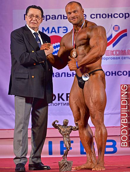 Абсолютный победитель соревнований Сергей Кулаев (СПб) и президент ФБФР Владимир Дубинин. Фото: Сергей Марков