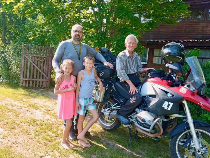 С племянниками и отчимом на даче в Шугозере.
