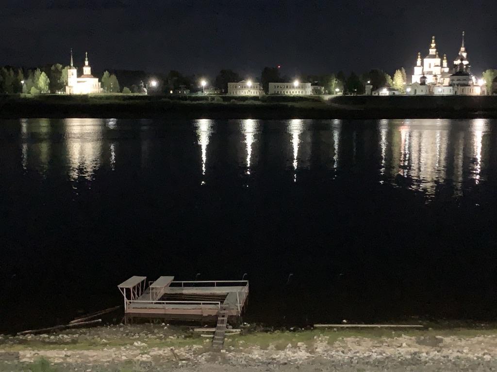 Вид на город ночью с другого берега реки.