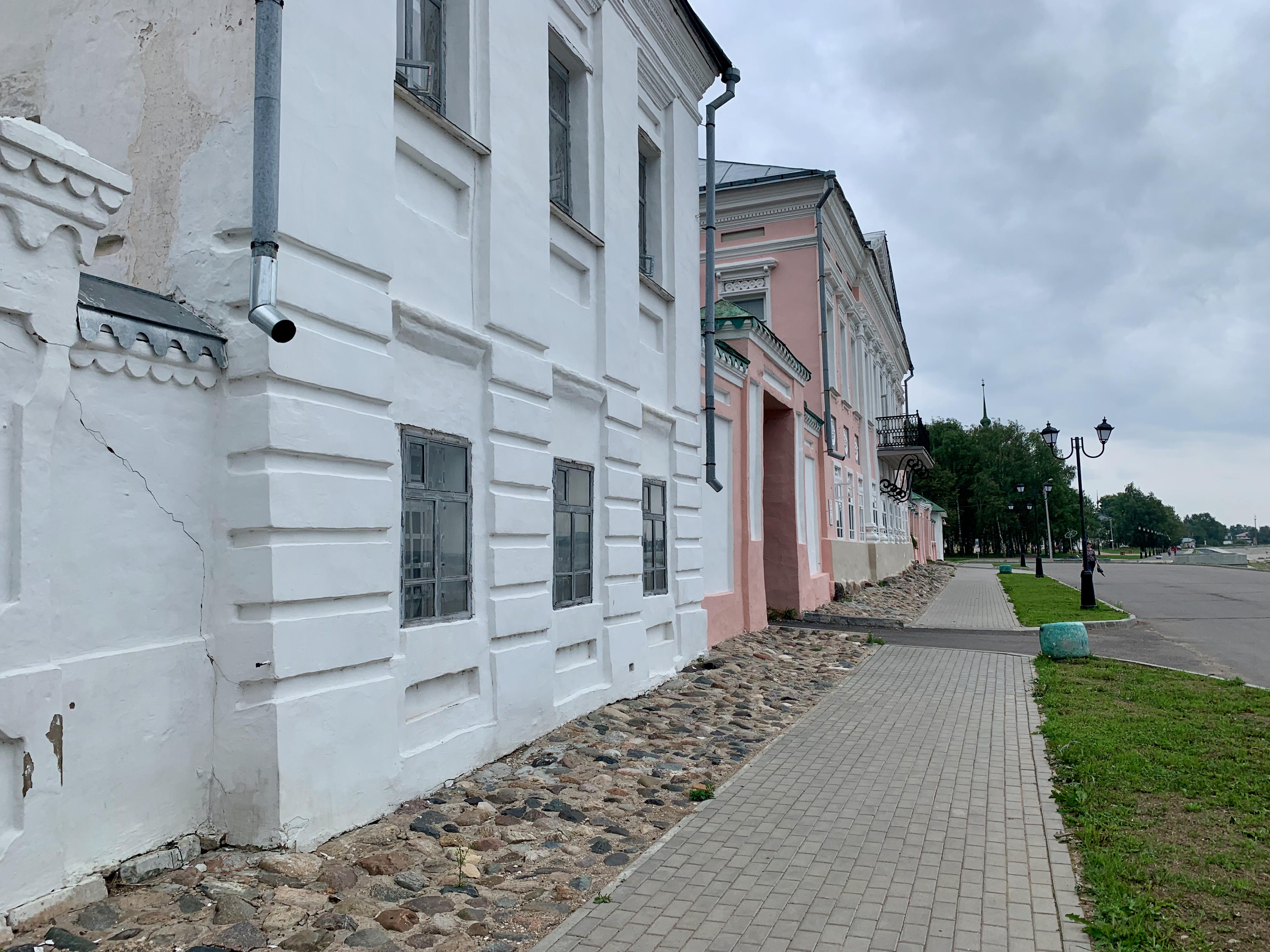 Розовое здание — это музей.