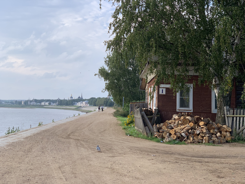 Типичный домик на берегу.