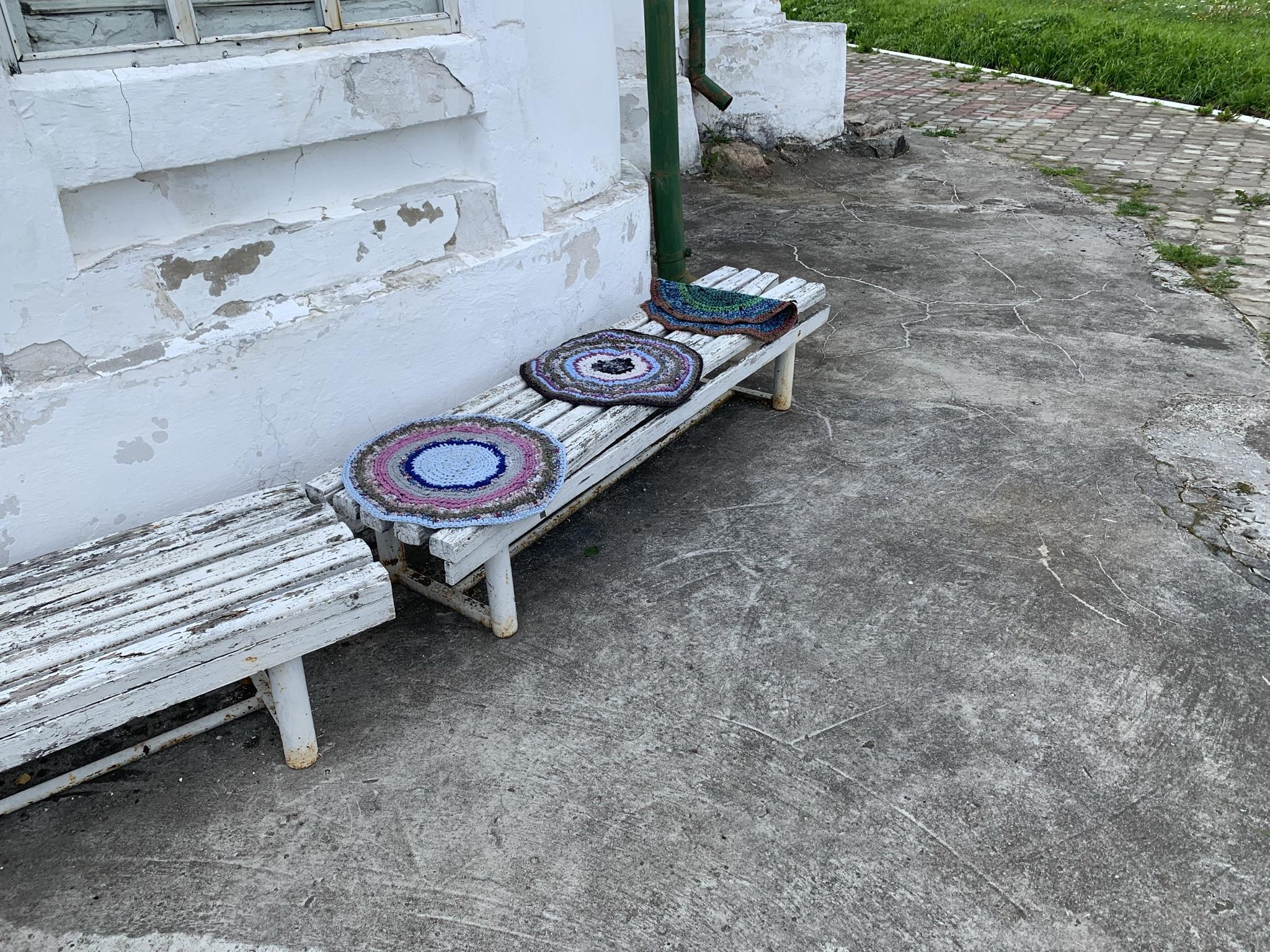 Домотканные коврики везде напоминают мне детство и деревню Горка.