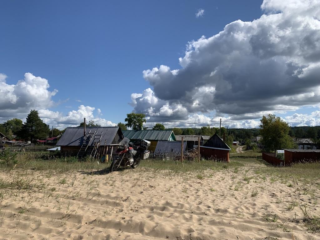 Вид с пляжа на деревню.