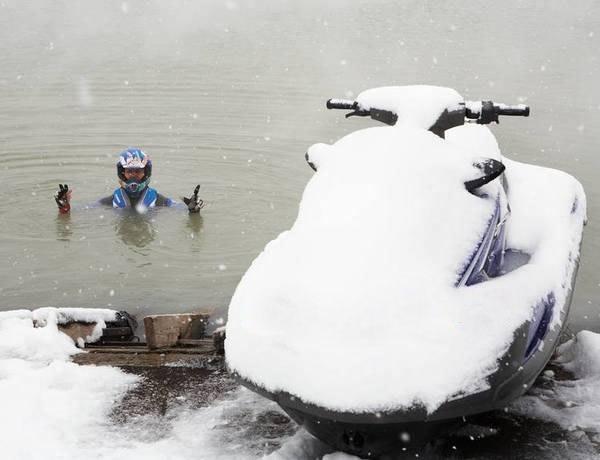 Гидроцикл зимой в снегу