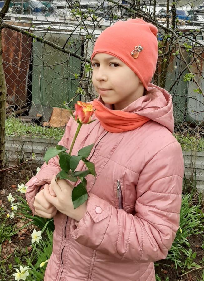 Глаша с цветком.jpg