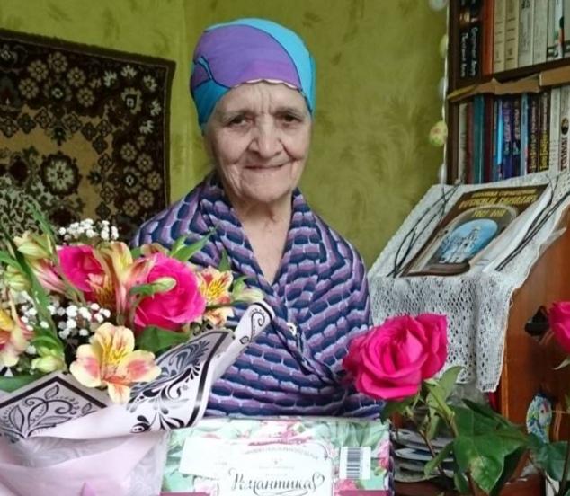 Ирина Фёдоровна с цветами.jpg