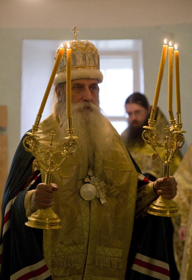 Митрополит Корнилий во время молебна в храме св. Илии на Славне 10.10.14.jpg