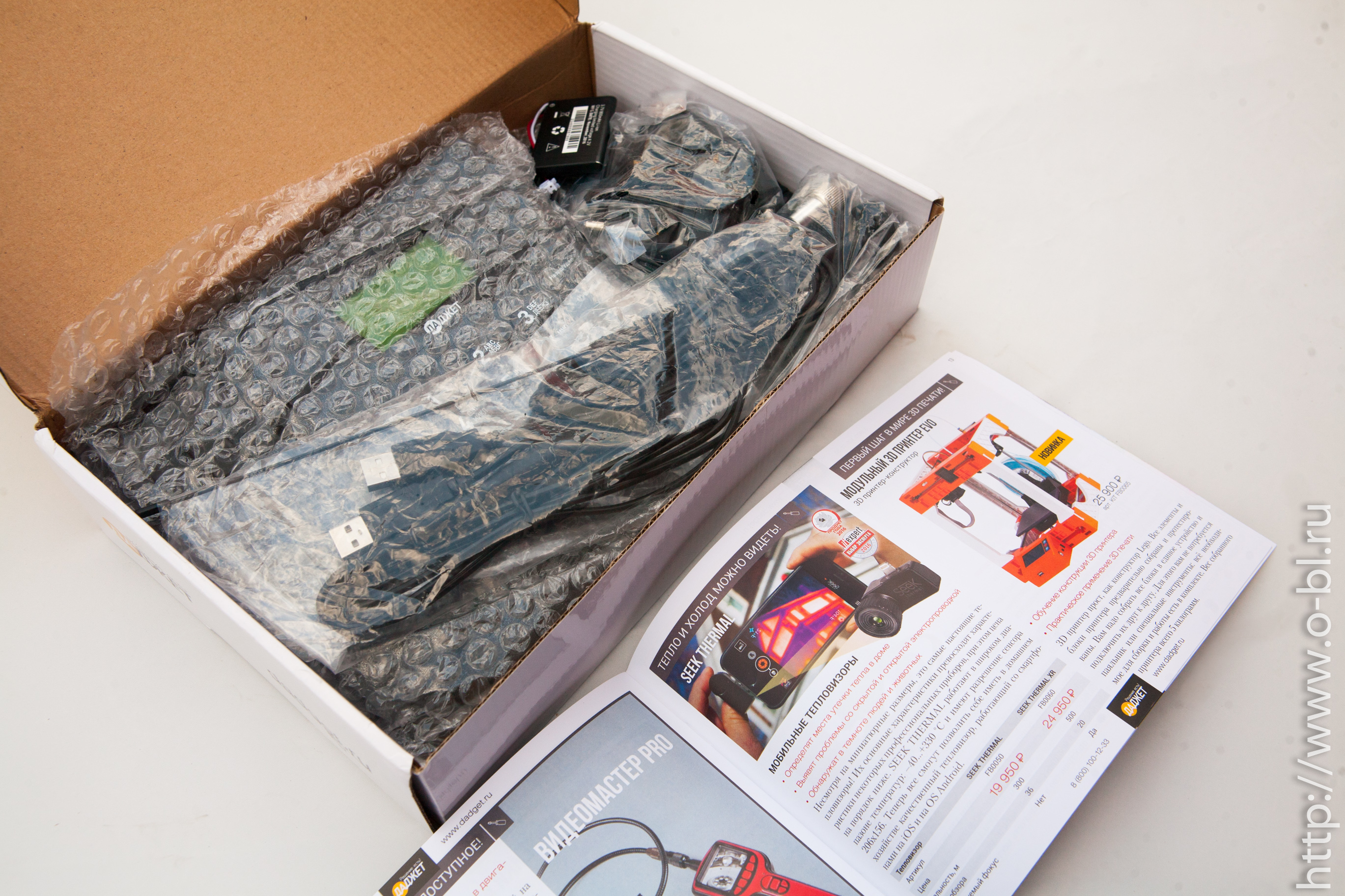 """Коробка с телефоном очень плотно набита комплектном поставки. В брошюрке виден """"мобильный тепловизор"""". Игрушка, которую я мечтаю приобрести уже много лет. Раньше они стоили много сотен тысяч рублей при меньших возможностях."""