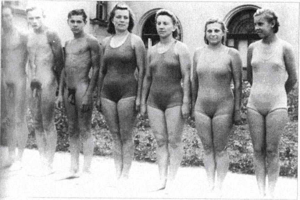 стоял голый перед одетыми девушками
