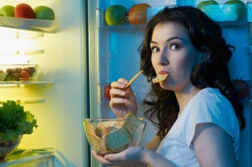 frizider_zena jede kekse_0
