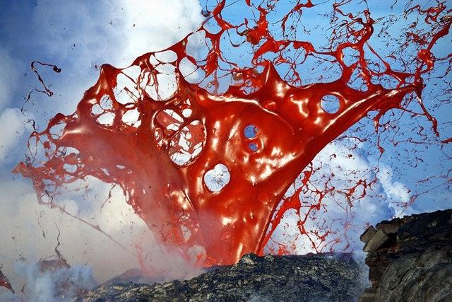 Фотограф Брюс Омори запечатлел лавовый пузырь, яростно взрывающийся и отбрасывающий расширяющиеся листы лавы более чем на 3 метра в поперечнике.