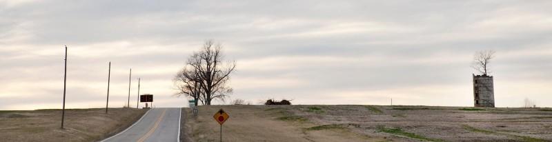 Многие из этих ветхих силосов, когда-то использовавшихся для хранения корма для скота, теперь просто пустые колонны из шлакоблоков, по счастливой случайности превратились в  питомники для деревьев. Пустые строения ловят семена, затем защищают хрупкие саженцы от ветров прерий и оставляют окно солнечного света над их головой. Со временем, без ухода со стороны человеческих рук, деревья вырастают так высоко, что пышные кроны ветвей  поднимаются и покрывают их, как покрытые листвой зонтики.