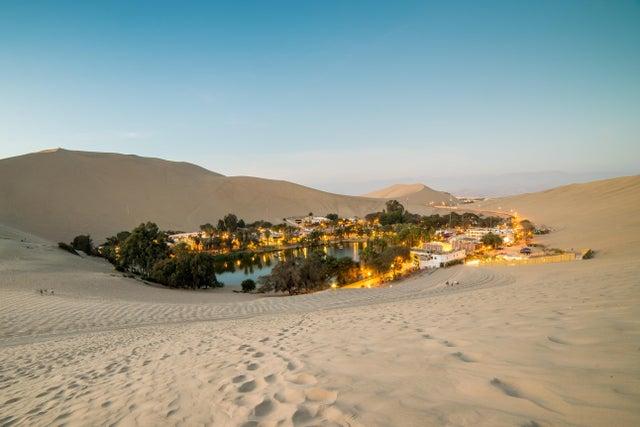 В нём проживает около 200 человек. Уакачина расположена вокруг маленького озера в пустыне и известна как «Оазис Америки».
