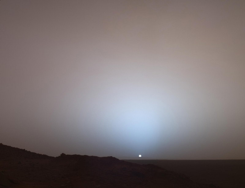19 мая 2005 года марсоход НАСА Spirit запечатлел этот потрясающий вид, когда солнце опустилось за край кратера Гусева на Марсе.